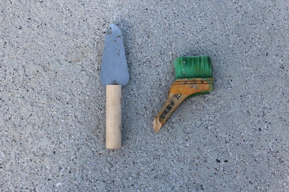 DIYフェンスの道具のコテとハケ