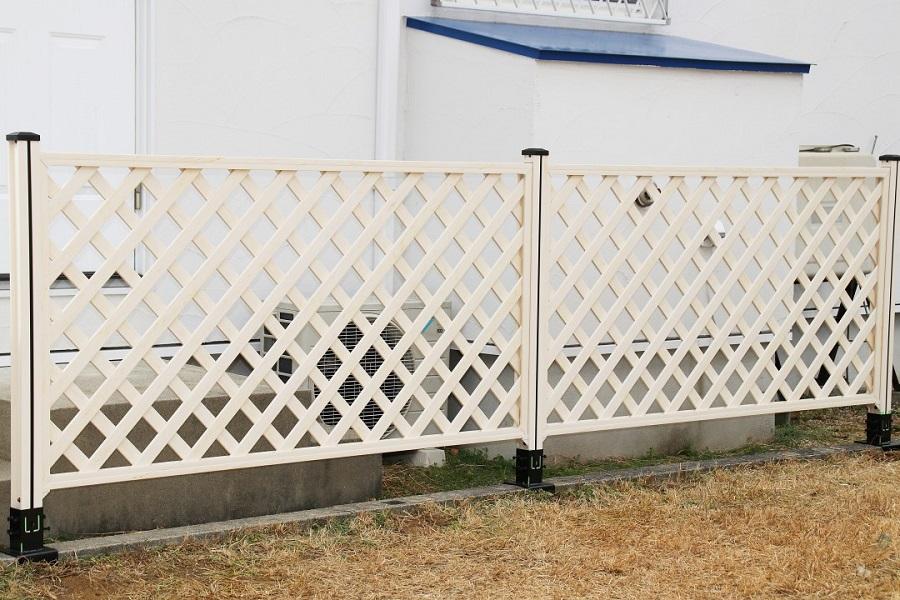 ラティスが専用部材で簡単にブロックに設置できます