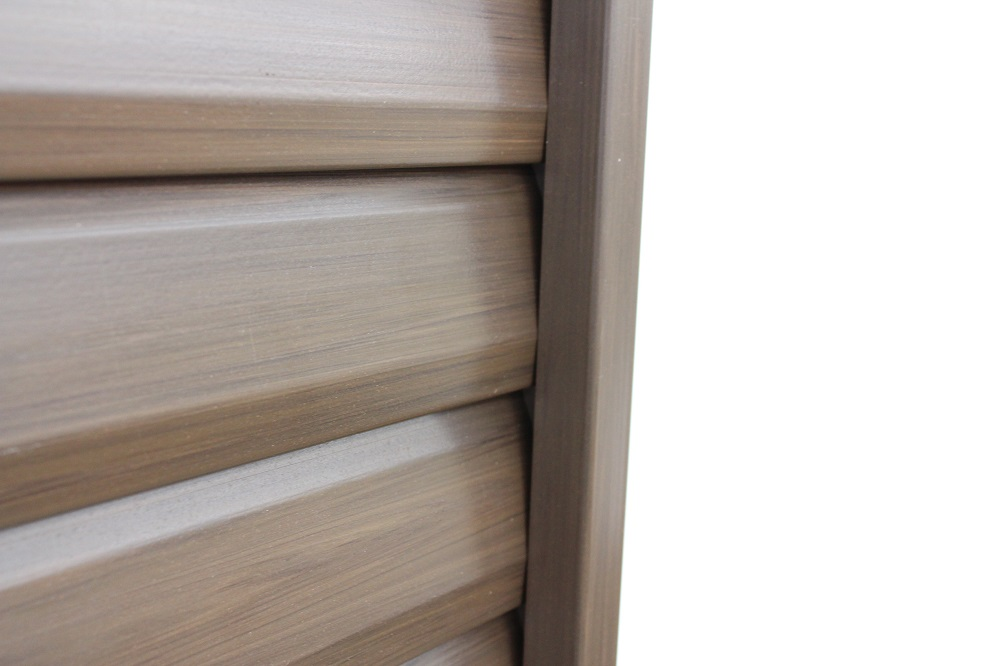 木調樹脂ルーバーフェンスのアップ