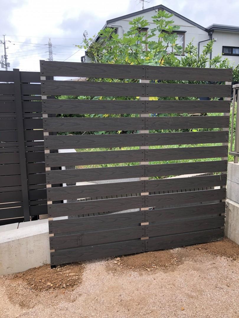 境界線に目隠しフェンス~防犯にも良い板間隔3cm