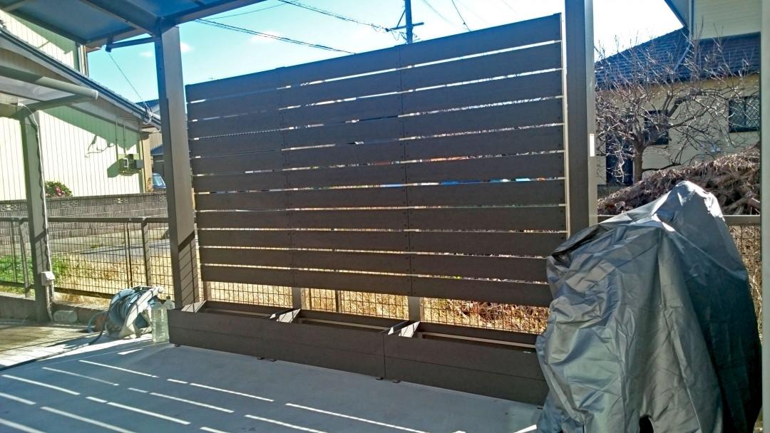 優しい光が差し込むサンディング加工のフェンス
