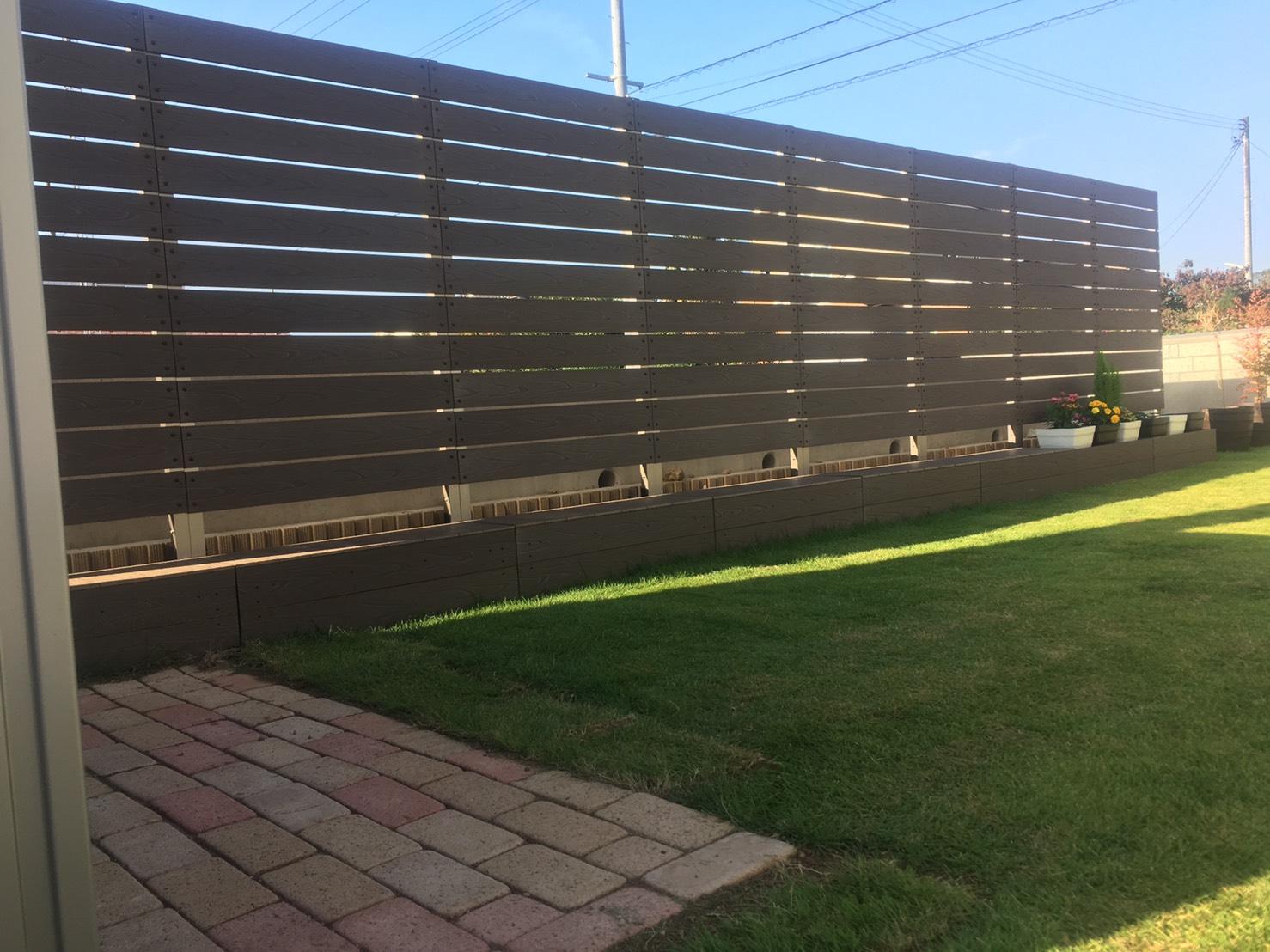 木目調が人気のエンボス加工の樹脂フェンス